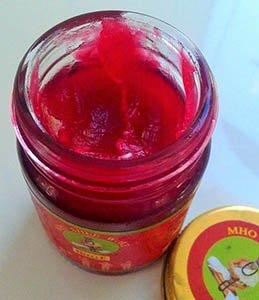 Как выглядит красный бальзам «Mho Shee Woke»